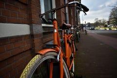 Ciudad anaranjada de Brown de la silla de montar de la rueda de Grey Wall White Tires Tape de la bici fotografía de archivo libre de regalías