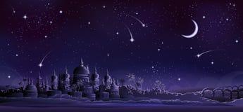 Ciudad antigua bajo la luna crescent Imágenes de archivo libres de regalías