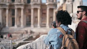 Ciudad antigua de Ephesus de la visita de dos personas en Selcuk Izmir metrajes