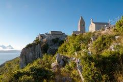 Ciudad antigua de Lubenice y del acantilado en Cres Foto de archivo libre de regalías