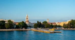 Ciudad antigua de Zadar, Croacia según lo visto del mar fotos de archivo