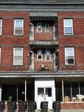 Ciudad: apartamentos de la calle principal para el alquiler fotografía de archivo