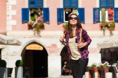 Ciudad atractiva joven de la visita de la mujer Imágenes de archivo libres de regalías