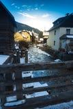 Ciudad austríaca con el río rápido de la montaña que pasa a través de él Imagen de archivo libre de regalías