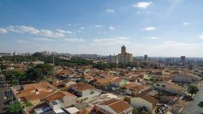 Ciudad - avenida y edificio en la ciudad de Ribeirao Preto - Sao Paulo - el Brasil Imagenes de archivo