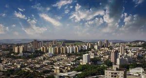 Ciudad - avenida y edificio en la ciudad de Ribeirao Preto - Sao Paulo - el Brasil Foto de archivo