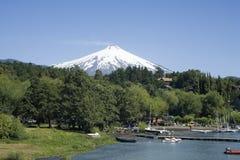 Ciudad bajo el volcán activo Fotografía de archivo