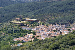 Ciudad blanca española, montaña y bosque de la visión aérea Imágenes de archivo libres de regalías