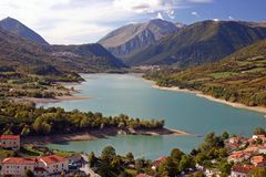Ciudad bonita de la montaña en un lago fotografía de archivo libre de regalías