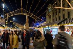 Ciudad céntrica de Bucarest del mercado de la Navidad en la noche en el cuadrado de la universidad Fotografía de archivo