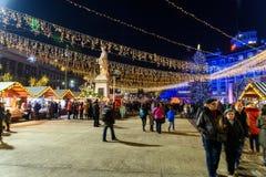 Ciudad céntrica de Bucarest del mercado de la Navidad en la noche en el cuadrado de la universidad Imágenes de archivo libres de regalías