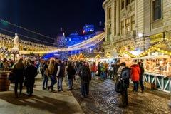 Ciudad céntrica de Bucarest del mercado de la Navidad en la noche en el cuadrado de la universidad Fotos de archivo