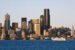 Ciudad céntrica de Seattle de los rascacielos del fondo de la bahía del barco de pasajero Imagen de archivo libre de regalías