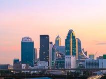 ciudad céntrica en el tiempo de la puesta del sol Imagen de archivo libre de regalías