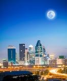 ciudad céntrica en la noche Foto de archivo libre de regalías