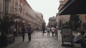 Ciudad c?ntrica ocupada de Bucarest en la ciudad vieja de Lipscani de Rumania almacen de metraje de vídeo