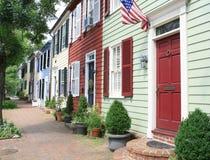 Ciudad, calle de la ciudad con los hogares Imágenes de archivo libres de regalías