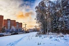 Ciudad, camino, rastro del esquí y bosque en puesta del sol Naturaleza, ciudad en paisaje del invierno Imagen de archivo