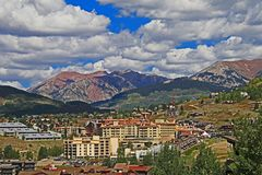Ciudad cerca de la mota con cresta Colorado foto de archivo libre de regalías