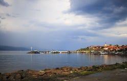 Ciudad cerca del lago. Imagenes de archivo