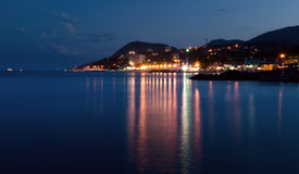Ciudad cerca del mar en la noche Fotos de archivo libres de regalías
