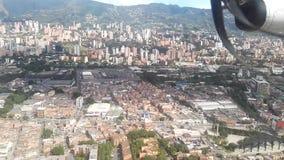 Ciudad colombiana de Medellin Edificios, metro, montañas y río almacen de metraje de vídeo