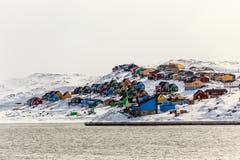 Ciudad colorida de Aasiaat Imágenes de archivo libres de regalías