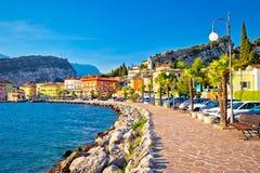Ciudad colorida de Torbole en la opinión de la costa de Lago di Garda Imagen de archivo