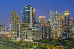 Ciudad comercial moderna (Bangkok) en noche Fotos de archivo libres de regalías