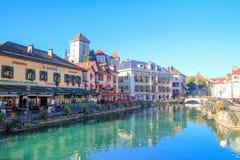 Ciudad con el canal azul Imágenes de archivo libres de regalías