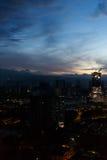 Ciudad con las luces ardientes, puesta del sol Foto de archivo libre de regalías