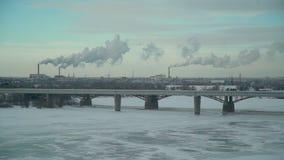 Ciudad con las plantas que contaminando la atmósfera metrajes
