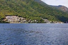 Ciudad con los tejados rojos en la costa de mar Fotografía de archivo