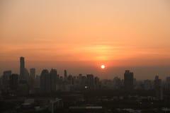 Ciudad con puesta del sol en Bangkok en Tailandia Foto de archivo