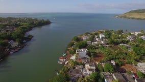 Ciudad costera y río de Mauricio que caen en el océano, visión aérea almacen de video