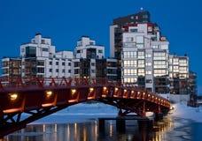 Ciudad crepuscular con el puente Imágenes de archivo libres de regalías