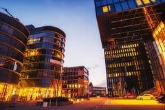 Ciudad Düsseldorf de la noche Hotel Hyatt alemania Fondo enmascarado natural Fotografía de archivo libre de regalías