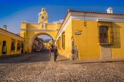 Ciudad de Гватемала, Гватемала, 25-ое апреля 2018: Внешний взгляд свода Санты Каталины и главной улицы города Антигуы Стоковое Изображение RF