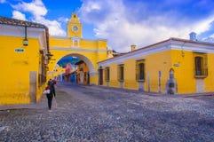 Ciudad de Гватемала, Гватемала, 25-ое апреля 2018: Внешний взгляд свода Санты Каталины и главной улицы города Антигуы Стоковое Фото