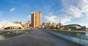 Ciudad de Adelaide en Australia en la puesta del sol foto de archivo