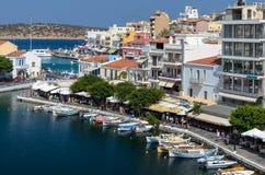 Ciudad de Aghios Nicolás en la isla de Creta en Grecia Foto de archivo