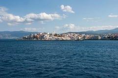 Ciudad de Agios Nikolaos en Creta, visión escénica desde el Mar Egeo Imagen de archivo libre de regalías
