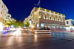 Ciudad de Agios Nikolaos en la noche Fotos de archivo libres de regalías