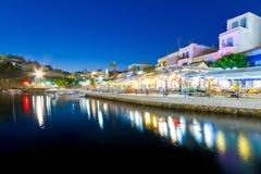 Ciudad de Agios Nikolaos en la noche en Creta Imagen de archivo libre de regalías