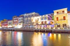 Ciudad de Agios Nikolaos en la noche en Creta Foto de archivo libre de regalías