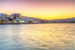 Ciudad de Agios Nikolaos en la puesta del sol en Creta Fotos de archivo libres de regalías