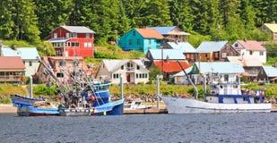 Ciudad de Alaska de los barcos de pesca de la costa de Hoonah Imagen de archivo libre de regalías