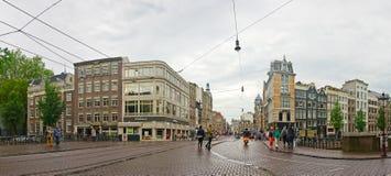 Ciudad de Amsterdam: turistas en el puente en la ciudad vieja Fotografía de archivo