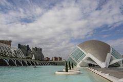 Ciudad de artes y de ciencias, - L 'Hemisfèric - por Santiago Calatrava, Valencia, España fotografía de archivo