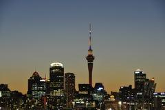 Ciudad de Auckland en la oscuridad Imágenes de archivo libres de regalías